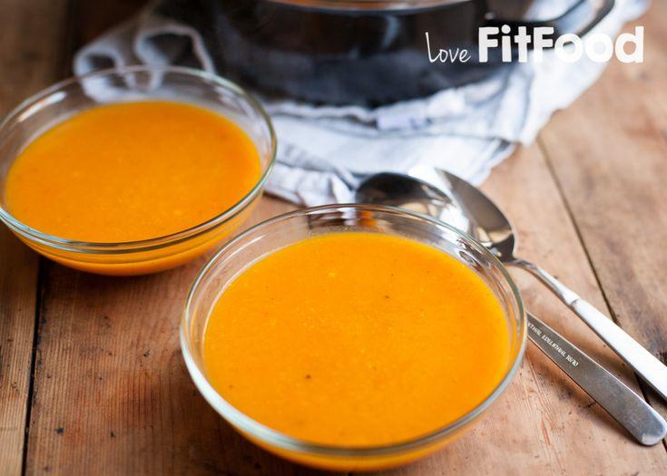 Twee van onze favorieten in één recept! Deze wortel pompoen gember soep combineert de zoete smaak van pompoen en wortel met de lichte scherpheid van gember.