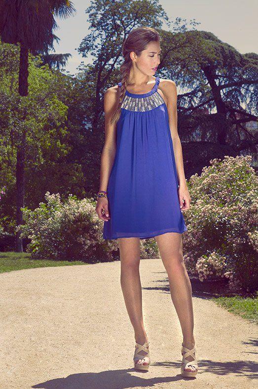 Vestido azul eléctrico de VERO MODA, sandalias nude de MARIA MARE y pulsera multicolor de ADA GATTI.