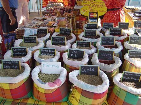 """Epices de Guadeloupe présentés dans de beaux sacs en tissu traditionnel antillaise """"le Madras""""."""