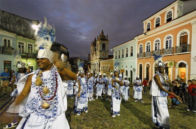 """(Bahia) Nadie retrato Bahía como Jorge Amado y para él, en """"el Pelourinho se encuentra todo: la escuela de capoeira, las putas, el salón de belleza en el fondo de una cortada, las planchadoras de trajes blancos, los más extraños bares, la curandera rezando ante un enfermo de mal de ojo a la puerta de …"""