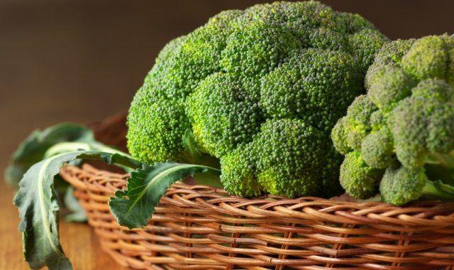 Задумывались ли вы когда-нибудь о пользе брокколи? Многие воспринимают это однолетнее овощное растение как кладезь витаминов и питательных веществ, сохраняющих красоту кожи и эффективно укрепляющих иммунитет. Однако мало кто знает, что этот продукт является одним из лучших натуральных средств для борьбы с развитием остеоартроза – наиболее распространенной формы артрита, то есть дегенеративного заболевания суставов. Совсем недавно канал Би-Би-Си озвучил результаты работы группы ученых…