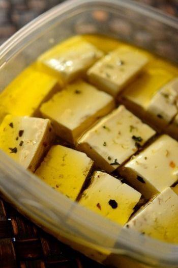 こちらは、豆腐のオリーブオイル漬け。豆腐をオリーブオイルとオレガノ、バジルなどのハーブに漬け込みます。生ハムや黒オリーブなどとともにフィンガーフードにしたり、バゲットに塗ってもおいしい!食前酒のおともなどにも最適です。 もっと見る