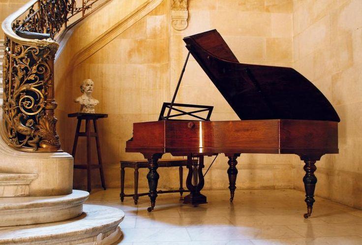PIANO PLEYEL. Quart de queue. N° de série 68176 [sorti d'usine en 1878]. Cadre métallique ajouté. Accidents. Ce piano se trouvait dans le magasin du Ménestrel, au 2 bis rue Vivienne. Tous les compositeurs, pianistes et chanteurs qui venaient rendre visite à Henri Heugel ont joué sur ce piano, et certains ont inscrit leur signature sur la table d'harmonie. - Ader - 26/05/2011