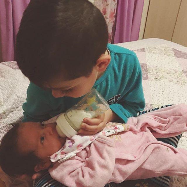 """'1 εικόνα = 1.000 λέξεις', λέει η παροιμία και πράγματι αυτή η εικόνα τα λέει όλα! Ο μεγάλος αδερφός που φροντίζει τη μπέμπα!  👨👩👧👦🍼👶🏼  Με την άδεια της Χ (31) και του Α (32) μοιραζόμαστε μαζί σας το μήνυμα που μας έστειλαν και τη φωτογραφία των 2 παιδιών τους. Να τους ζήσουν  πάντα με υγεία, χαρά, τύχη και αγάπη! Τους ευχαριστούμε για τα καλά τους λόγια. Και καλή δύναμη για την ανατροφή των παιδιών τους. """"Ένα μεγάλο ευχαριστώ στο γιατρό μας [Ευριπίδη Μαντούδη] που χάρη σε εκείνον…"""