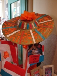 Een hoed van plastic schaaltje en karton