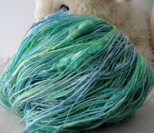 手紡ぎシルク糸です。フランメヤーンは、一部に太いコブがある糸です。コブの部分は、シルクの繊維をほぐさずにカールや光沢感を生かしています。平織り・メリヤス編みで...|ハンドメイド、手作り、手仕事品の通販・販売・購入ならCreema。