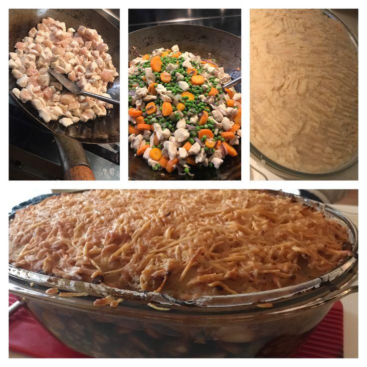 Kleine kipfiletblokjes aanbraden, gesnipperde rode uien en knoflook erbij, doperwtjes en schijfjes wortel, prei en bosuitjes erbij, afmaken met bouillonblokje en ketjap. Daarna puree maken van knolselderij en bloemkool met boter. 1/3 als bodem, groentemengsel erop en afsluiten met 2/3 puree en geraspte kaas. 45 minuten in de oven op 180 gr.