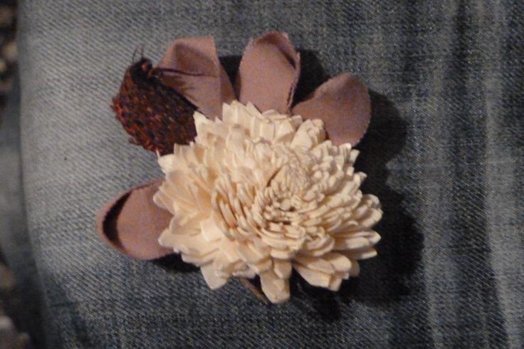 spilla. realizzata prendendo un fiore di purpuri e della stoffa...  d'effetto!