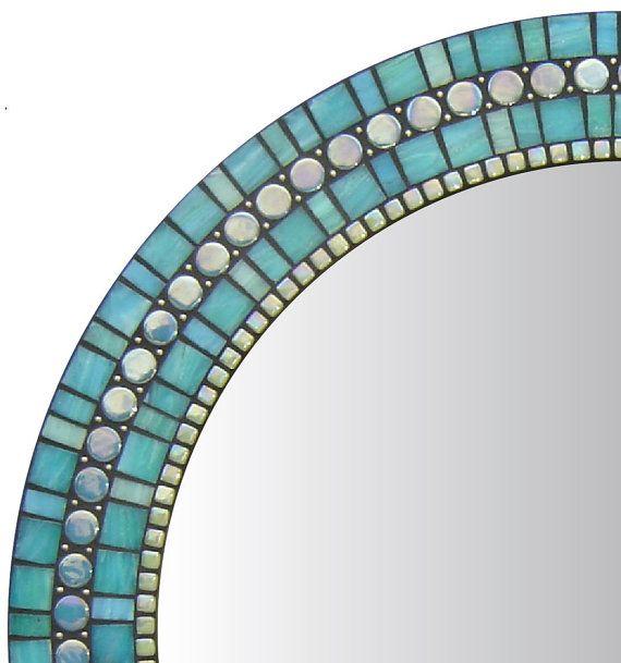 DESCRIPTION MIROIR Mosaïque miroir mettant en vedette trois pièce construction de haute qualité et de conception de mise en page mosaïque originale de l'artiste mosaïque Josh Hilzendeger de fabrication artisanale. Encadrement de miroir est orné d'une variété de formes et de tailles de perles de verre mosaïque carreaux et de métal. JEU DE COULEURS Cette mosaïque miroir design comporte des perles de métal argenté/sans nickel et verre mosaïque en vert/bleu turquoise, vert menthe, irisé vert…