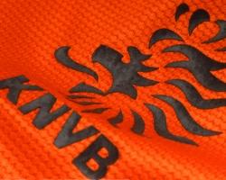 Het kleding pakket van het Nederlands Elftal bestaat uit voetbalkleding en representatiekleding voor officiële gelegenheden van Oranje. De voetbal kleding van Oranje bestaat uit wedstrijd kleding voor uit en thuis wedstrijden en trainingskleding. Hierbij moet je denken aan voetbal sokken, broekjes, oranje voetbal shirts en trainingspakken. De officiële kleding sponsor van de KNVB is al jaren Nike Football. De internationals hebben zelf sponsor contracten met leveranciers van voetbalschoenen…