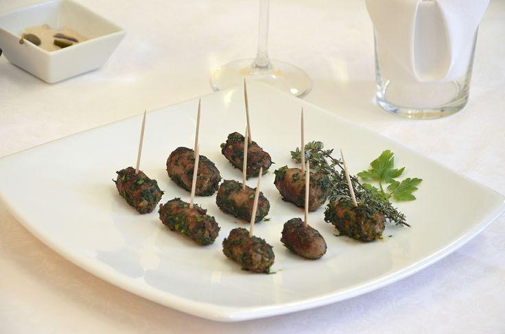 Oggi vi lascio un ricetta finger food molto semplice da realizzare:  SPIEDINO DI LUGANEGHE CON ERBE E SPEZIE https://www.facebook.com/pages/Chef-Fulvio-De-Santa/751516918234144