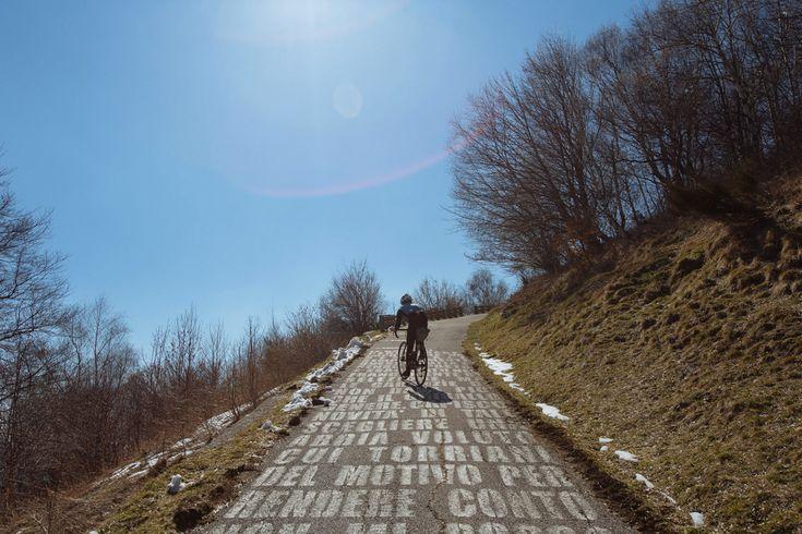 Il diavolo veste Prada? No, va in bicicletta! - Viaggio alla scoperta del Giro del Demonio, accompagnati da Max Bigandrews, ovvero il diavolo che l'ha inventato... - Read full story here: http://www.fashiontimes.it/2017/03/diavolo-veste-prada-no-va-bicicletta/