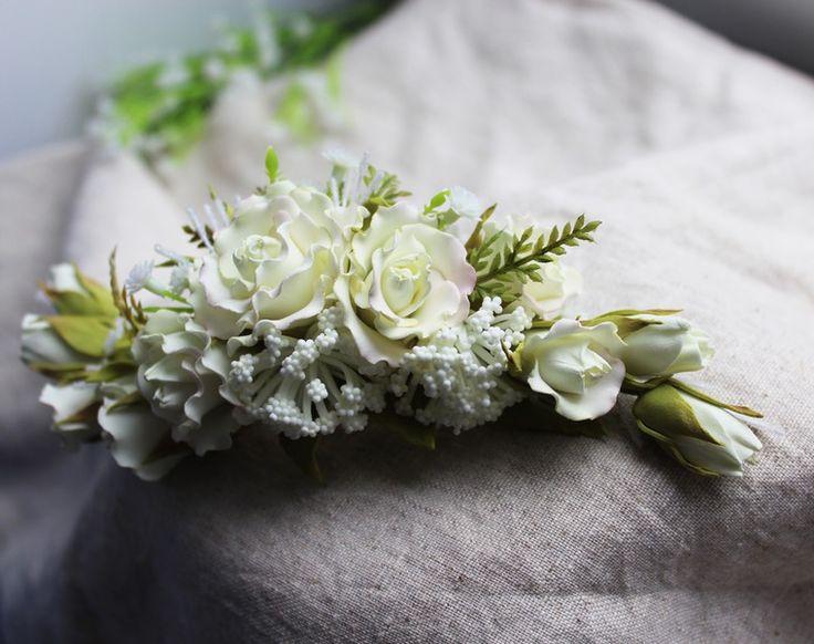 В день свадьбы каждая невеста хочет быть самой красивой, поэтому тщательно подбирает платье, украшения и аксессуары. Свадебную прическу невесты может украсить нежный гребень с розами. Аккуратно и творчески созданное украшение из фоамирана получается легким, практичным и изящным. Для работы над гребнем нам понадобятся: - фоамиран оливковый и светло-лимонный (0,8); - линейка, ножницы; - масляная…