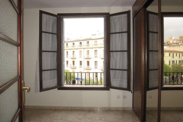 Gamla stan, Palma de Mallorca: Fin lägenhet vid Avenidas i Palma. Lägenhet om cirka 110 kvm belägen runt Avenidas kvarter i Palma. Lägenheten är delvis renoverad och består av ett kök, ett vardagsrum, tre sovrum, ett badrum samt en gästtoalett. Det finns möjlighet att bygga ut lägenheten till en terrass på baksidan som skulle bli cirka 10 kvm stor och även att köpa lägenheten ovanför och göra en duplex.