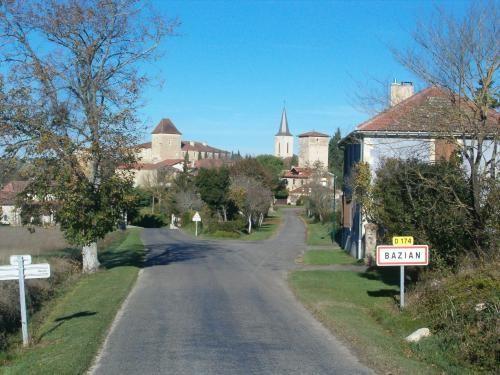Admirez la beauté du paysage dans les vallées des communes Bazian et Riguepeu. Profitez d'une balade pédestre, équestre ou en vélo pour découvrir les monuments historiques