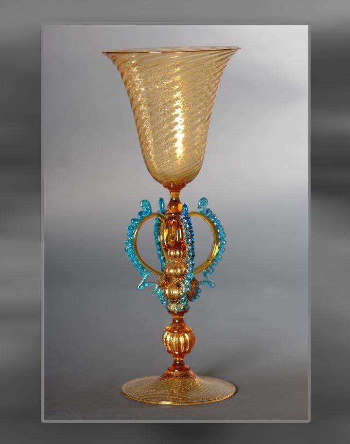 Calice color ambra con stelo a rocchetto su globi bacellati e alette azzurre