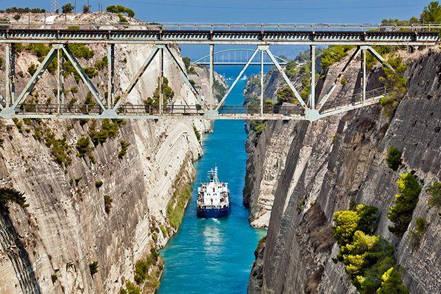 Canal de Corinthe, Grèce. http://www.lonelyplanet.fr/article/le-peloponnese-en-10-aventures-incontournables #canal #Corinthe #bateau #Bestof #BestinEurope #2016 #Grèce #Péloponnèse #voyage