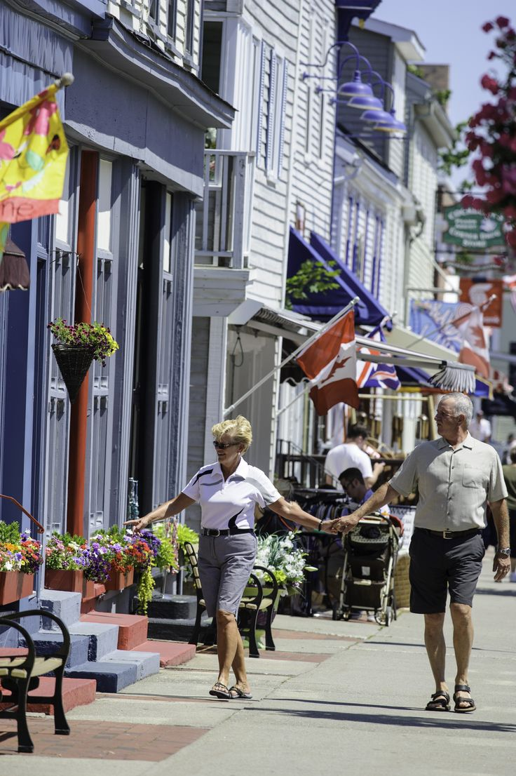 A stroll down the main street in downtown Saint Andrews offers lovely views of the sea and plenty of spots to stop off for a little window shopping or a bite to eat. | Cruise excursions in New Brunswick, Canada