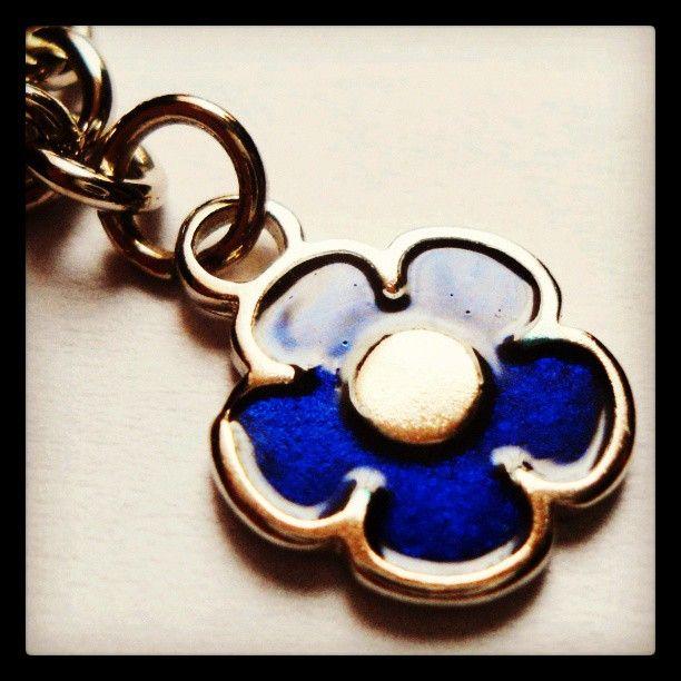 Pulsera Flor Azul https://www.facebook.com/AccesoriosUv