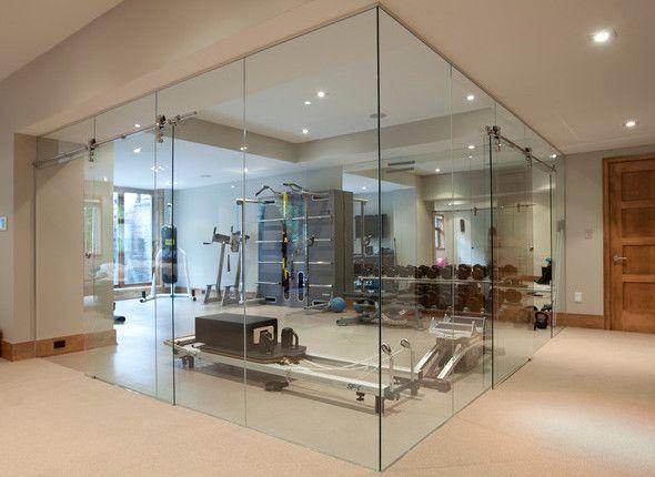 fitnessstudio zu hause einrichten als fitnessraum mit glaswänden