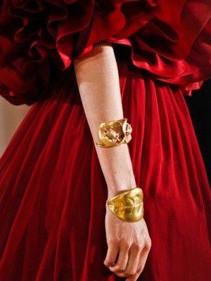 Красное платье, золотые аксессуары