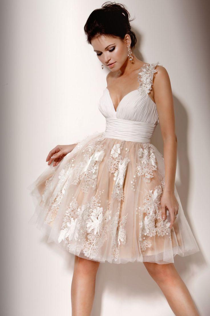 Платье бежевое короткое с пышной юбкой