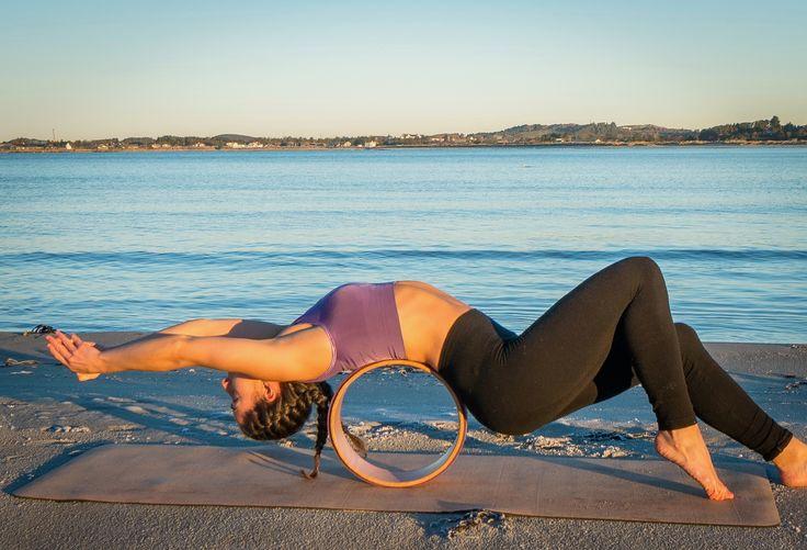 Yogahjulet er designet spesielt til å følge konturen av ryggsøylen din. Den passer utmerket som støtte til bakoverbøyninger, som kan gjøre deg tryggere på bevegelsene. Den er effektiv til uttøyning av lavrygg og brystrygg, framside av overkropp, skuldre og hofter - et fantastisk verktøy for å løse opp spenninger i kroppen.