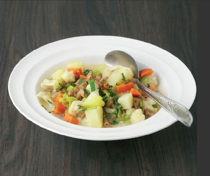 Waterzooi végétarien - 500 g de pommes de terre, 300 g de chou-fleur, 350 g de carottes, 500 g de lamelles de tofu, 2.5 dl de crème de soja, 0.5 citrons, 1 cuillère à soupe d'estragon, sel et poivre, huile, 4 poireaux ,persil