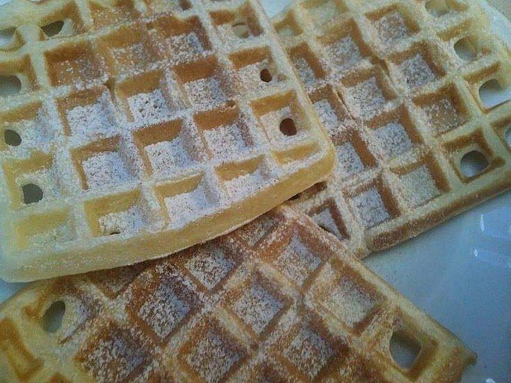 Sypké potraviny smícháme, přilijeme mléko, rozpuštěné máslo, vyklepneme vejce a vymícháme hladké těsto.Lžící dáme do středu vaflovače a asi 2...