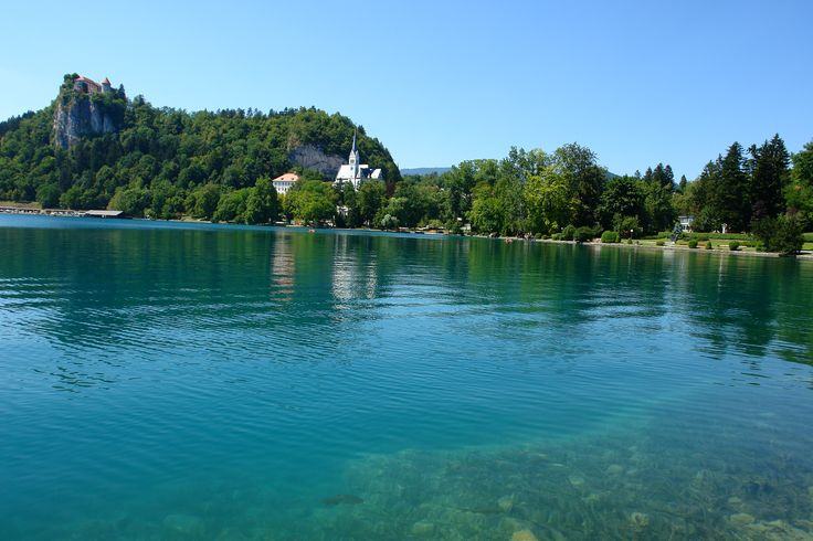 Ο πανέμορφος οικισμός, που περιβάλλει την λίμνη Μπλεντ, βρίσκεται στη βορειοδυτική Σλοβενία και περιβάλλεται από γραφικά βουνά και δάση.#The beauty of Lake Bled-Slovenia #slovenia #Bled Castle