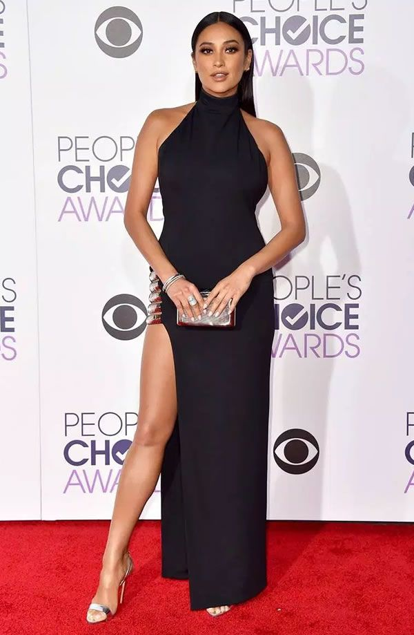Look da atriz Shay Mitchell no red carpet do People's Choice Awards 2016.