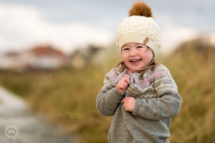 Vi var på Åkrasand en kald dag i november å tok bilder av skjønne Nora.Snøen tittet frem og både voksne&barn :)#Nikon #Childphotography #Portrait