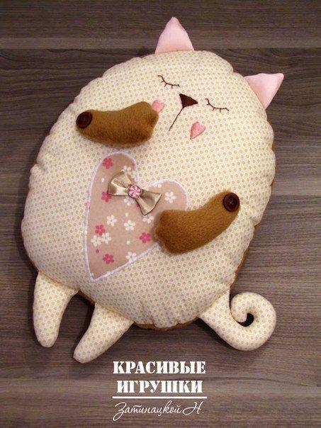 Patrón para hacer un bonito y dulce cojín de gato durmiendo.  Gatitos corazon en fieltroMoldes para hacer cojines o almohadas emoticonesDIY cojines con cara de muñecasComo hacer un cojín de Pokeball de PokemonCojines de monstruitosConejos de tela con patronesMonstruitos de tela con patronesCojin ovejitaCojines con retales tipo patchworkPatrón de Cojín de vacaCojín …