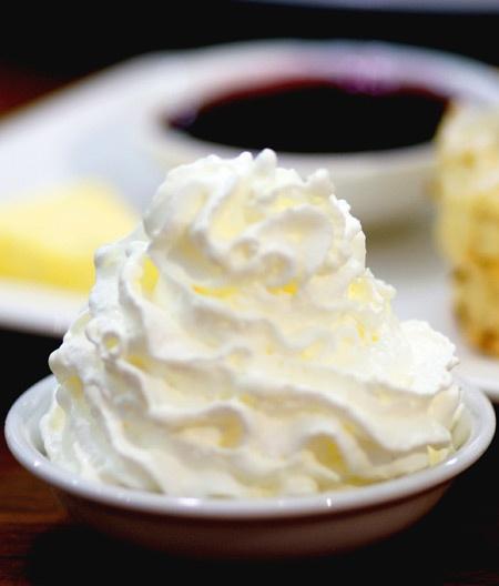 Cosa ci fa una mosca sul gelato alla panna? Risposta: la settimana bianca!! Suggerita da: Angela Pirozzi