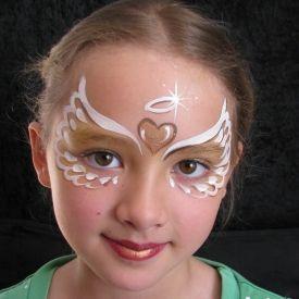 Das kleine Mädchen hat sich zum Engel schminken lassen. Das passt super zu den Stelzenläufern im Engel-Kostüm von Björn de Vils Stelzentheater.