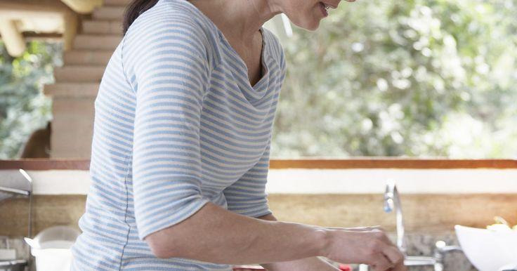 Tipos de plásticos que son aptos para el lavavajillas . Los contenedores y platos de plástico son opciones populares en muchos hogares. El plástico es ligero e irrompible, convirtiéndolo en una opción práctica para uso de los niños, las vajillas al aire libre y los recipientes de almacenamiento. La limpieza de los envases de plástico no significa lavarlos a mano en la mayoría de los casos, aunque, los ...