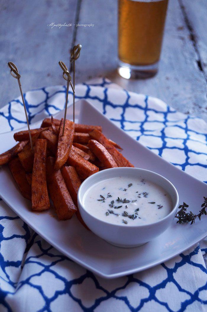 Stick di patate dolci al forno alla paprika con salsa di yogurt al timo