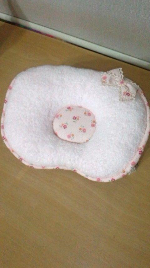 **作品をご覧いただきありがとうございます**肌触りのよいタオル生地と、可愛いプリント生地を使って、赤ちゃん用のドーナツ枕を作りました。こちらは、お花...|ハンドメイド、手作り、手仕事品の通販・販売・購入ならCreema。