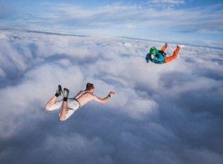 Bukan Hanya Tak Gunakan Baju, Ia Juga Tak Kenakan Parasut Saat Terjun Payung dari Ketinggian 4000 kaki
