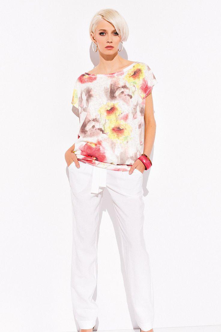 БЛУЗКА PERRI Очаровательная женская блузка Perri. Модель выполнена в свободном фасоне, вырезом горловины «лодочка» и короткими рукавами. Женская блузка представлена в необычайно нежной и женственной цветочной расцветке. Ваш внешний вид будет безупречным!