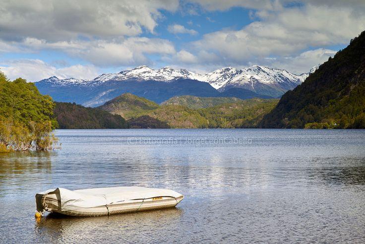 https://flic.kr/p/BMNNmw | Lago Las Rocas - Primer Corral (Patagonia - Chile) | El Valle del Río Puelo es una cuenca Binacional que nace en Argentina en el Lago Puelo y desemboca en el Oceano Pacifico en termina en el Estuario de Reloncaví, el primer gran fiordo de la Patagonia Chilena, en la localidad de Río Puelo, al oriente de la ciudad de Puerto Montt y a tan sólo 120 Km al sur de Puerto Varas en la Región de Los Lagos de Chile.  El río Puelo (mapudungún: Está en el este) es uno de los…