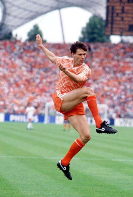 25 Junho 1988, estádio Olímpico de Munique. Marco van Basten marca o segundo golo da Holanda frente à União Soviética na final do europeu de 1988 na Alemanha. Resultado final, 2-0. A Holanda sagra-se campeão europeia com Van Basten, Gullit, Rijkaard, Mühren, os irmãos Koeman, entre outros.
