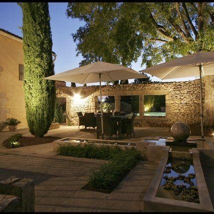 L' éclairage subtil souligne la perfection d'un jardin d'été