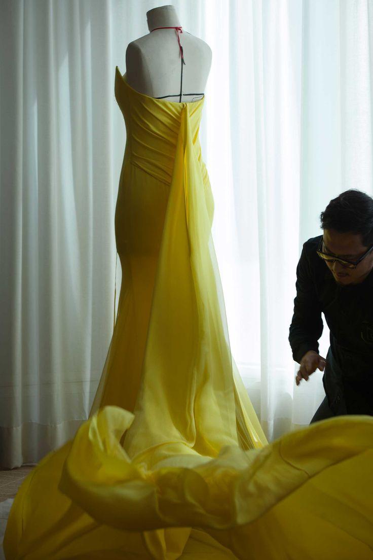 Pour la première de /Mad Max: Fury Road,/ réalisé par George Miller, Charlize Theron, l'égérie du parfum /J'adore,/ a choisi de monter les marches du Palais des Festivals en robe bustier en crêpe de soie et mousseline jaune Dior. Des toiles élaborées au 30, avenue Montaigne, à Paris, jusqu'au derniers apprêts apportés dans l'atelier éphémère, à Cannes, découvrez en images la confection de cette création haute couture.