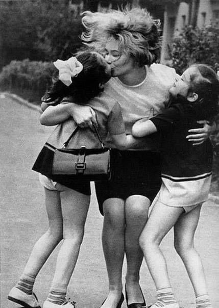 """""""Essere mamma non è un mestiere. Non è nemmeno un dovere. È solo un diritto fra tanti diritti"""". Oriana Fallaci, Lettera a un bambino mai nato, 1975  http://paperproject.it/"""