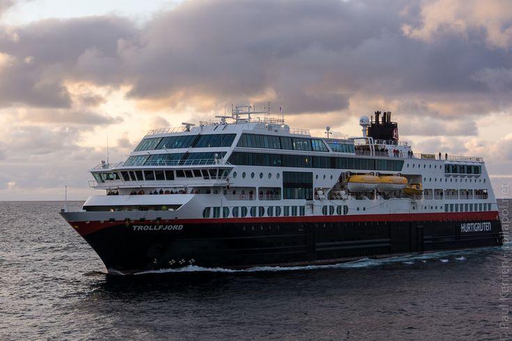 navires hurtigruten | 6ème jour  - croisement du MS Trollefjord pratiquement en sortant de Berlevåg  © Paul Kerrien http:toilapol.net
