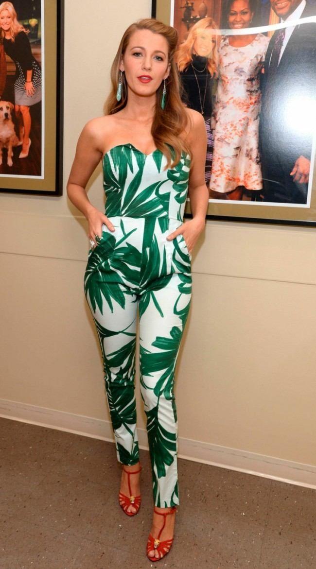combi pantalon blanc imprimée de motifs verts émeraude, boucles d'oreilles assorties et sandales en cuir rouge