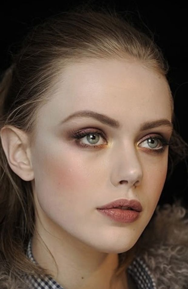 bronze eye makeup look - very natural and glowy