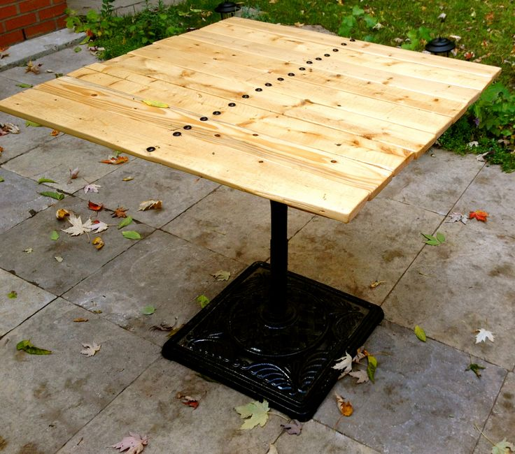 Une base de parasol, un tabouret retourné à l'envers et une palette de bois forment ensemble une table extérieure totalement unique.  Création : Voisins et Scies voisinsetscies@gmail.com