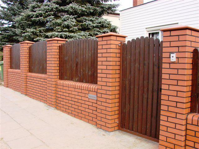 Кирпичный забор с деревянными пролетами